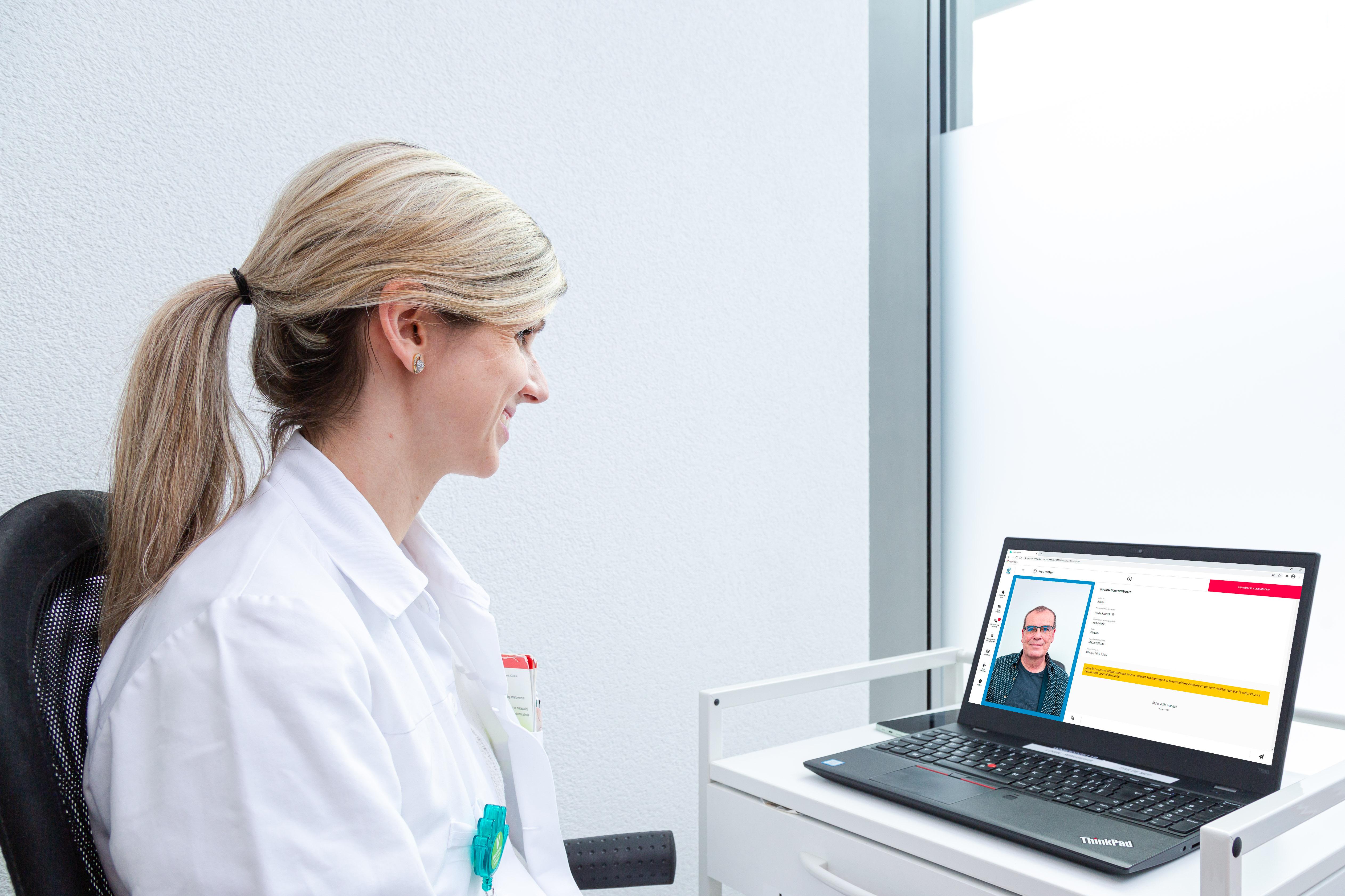 Une médecin cheffe de clinique du SMPR des HUG, formée à la téléconsultation, intervient.