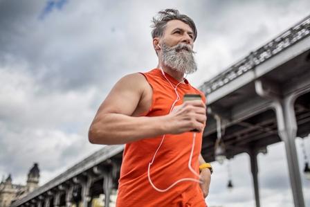 Un homme barbu fait du jogging.