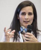 Angela Huttner, chercheuse aux départements de médecine interne des spécialités et de pathologie et immunologie de la Faculté de médecine de l'UNIGE et Médecin cheffe de clinique au Service des maladies infectieuses des HUG