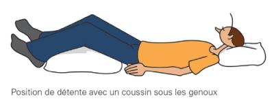 possition de détente avec un coussin sous les genoux