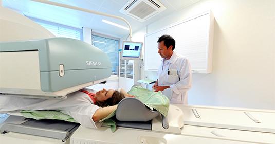 Scanner « double » pour diagnostic plus pointu au service de médecine nucléaire à Genève aux HUG